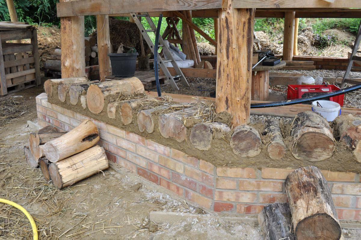 die wände: cord-wood, lehm und stroh | familienlandsitzer