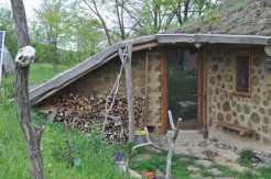 Vorraum aus Cord-Wood + Katzenklappe
